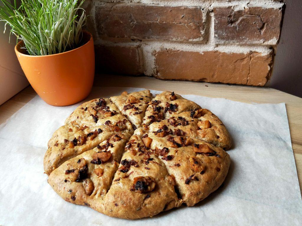 Čerstvě upečený chlebový koláč se škvarky